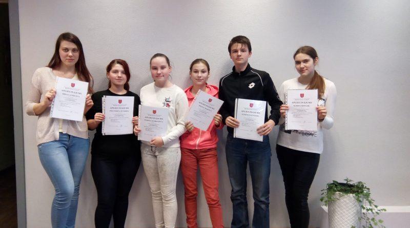 Kalkūnes pagasta jaunieši saņem Daugavpils novada domes apliecinājumus par brīvprātīgā darba veikšanu kopā sakrājot 697 brīvprātīgā darba stundas.